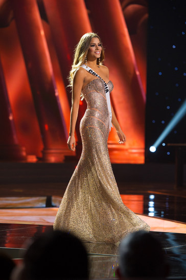 Miss Colombia, Paulina Vega is crowned by last year's Miss Universe ...